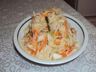 Салат из свежей капусты и овощей.